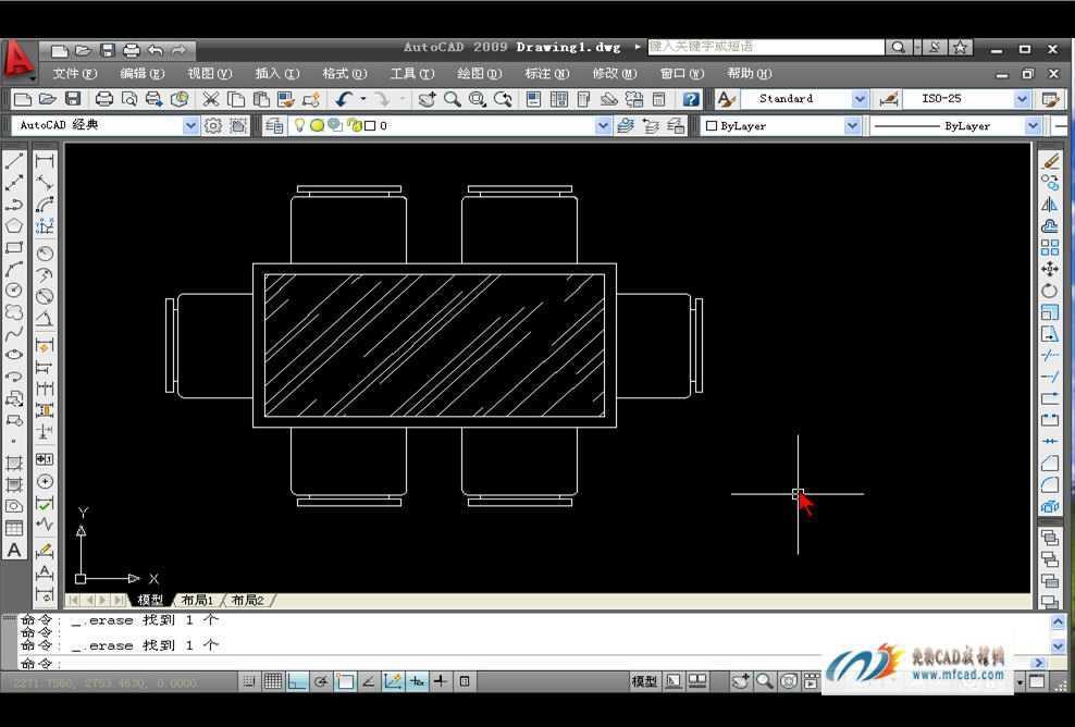 《室内设计绘制餐桌和椅子》该段视频教程内容介绍: 内容简介: 该段视频教程详细的讲解了利用矩形工具和偏移命令绘制餐桌图形;其次讲解了设置图案填充并填充餐桌桌面;然后讲解了使用多段线和矩形等工具绘制餐椅并进行编辑修改。 注:本套教程共9节,分别包括:《沙发和茶几的绘制》、《绘制餐桌和椅子》、《绘制床和床头柜》、《办公桌及其隔断》、《绘制冰箱》、《绘制洗衣机》、《绘制显示器》、《绘制洗脸盆》、《绘制燃气灶》,请注意下载完整。 主要知识点: 1、使用多段线和矩形等工具绘制餐椅并进行编辑修改。 简要操作步骤: 第