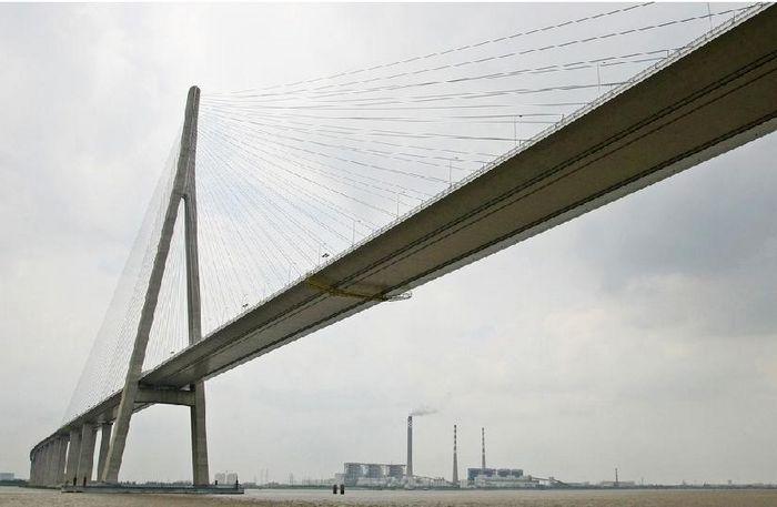 路线全长33.21公里,主要由北岸接线工程、跨江大桥工程和南岸接线工程三部分组成。 l、跨江大桥工程:总长8206米,其中主桥采用 100+100+300+1088+300+100+100(其中主桥长约1088米)=2088米的双塔双索面钢箱梁斜拉桥。斜拉桥主孔跨度1088米,列世界第一;主塔高度300.4米,列世界第二;斜拉索的长度577米,列世界第一;群桩基础平面尺寸113.