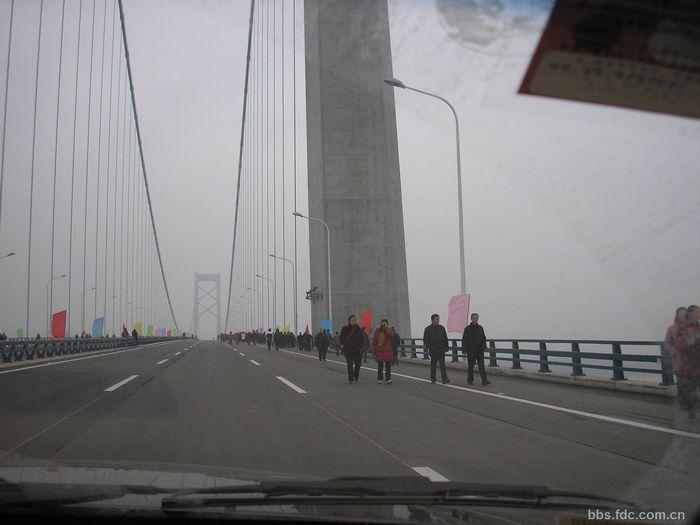 阳逻长江大桥采用国内最大吨位复合型阻尼装置,可大大提高...