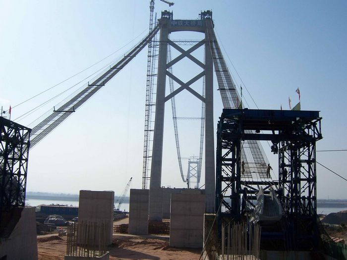 为应对大气污染及越来越复杂的外界环境,阳逻长江大桥主塔...