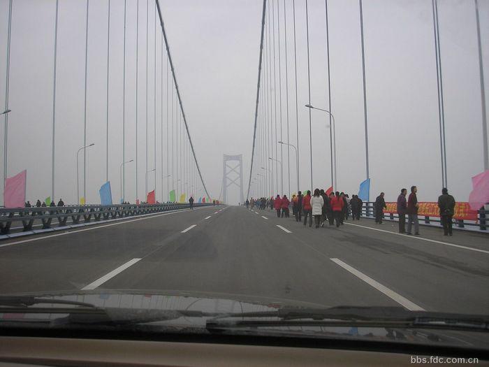针对阳逻长江大桥钢桥面沥青混凝土铺装的世界性难题,指挥...