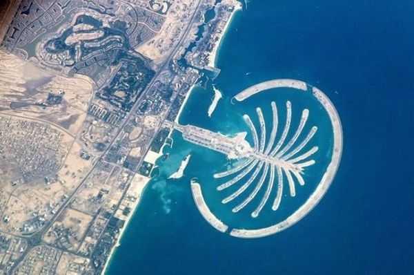 到20世纪90年代,迪拜所有的沙滩均被开发,发展遭遇瓶颈。为解决这一难题,迪拜决定建造人工岛,规模空前的人工岛修建计划——棕榈岛工程由此诞生。人们可以通过乘船、驾车甚至乘坐单轨火车到达棕榈岛。棕榈岛计划完成后,迪拜的海岸线将增加720公里。也许,到那个时候,世界地图上的迪拜版图要作一番改动了。