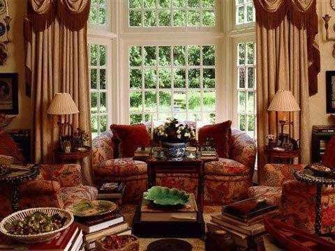 门窗上半部多做成落地窗,并用带有花纹的石膏线勾边.图片