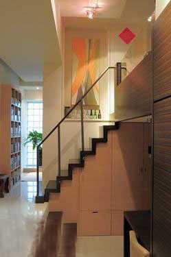 由于这个空间楼高是结合3米和4米2复合式的空间,3米的楼高包括客厅和图片