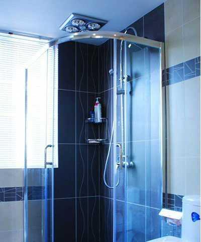 淋浴房里面的瓷砖也是几何线条型,透明玻璃有很好的密封性.高清图片