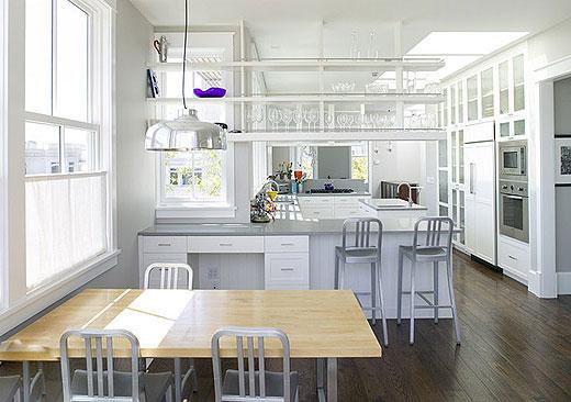 紧贴移门的中间位置是一睹贴有白色马赛克瓷砖的小墙体,是厨房内部图片