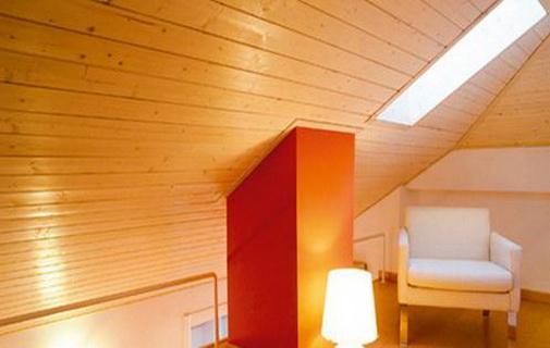 斜屋顶的部分统统以条块型实木板拼接而成