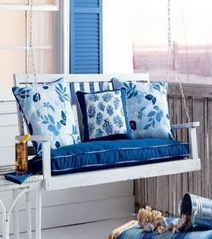 湖蓝色的布艺沙发与花色相近的靠垫,米白色的壁纸与室内风格和谐统一,都让冷硬的金属茶几不再冰冷。