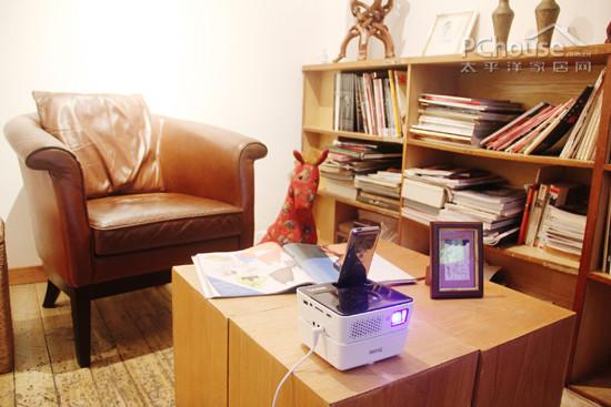 视听书房-美式风情装饰:杂志架旁边,方形矮桌搭配有年代感的皮质沙发图片